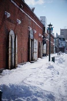 写真素材_赤レンガ倉庫に残る雪_gf2110647212.jpg
